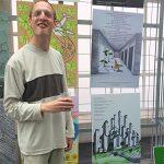 Jeroen Bouwmeester naast zijn kunstwerken op het Stadhuis Almere